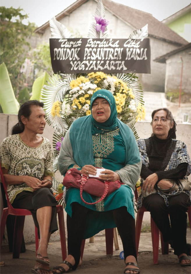 Maryani and other Waria attend the funeral
