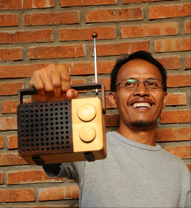 Wooden Radio by Magno