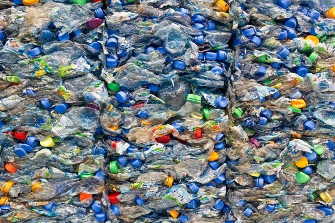 Großer Stapel alter PET-Flaschen Large stack of old plastic bot
