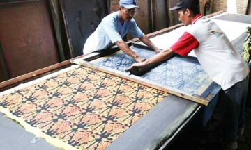Screen printed batik (Stand of Silk. n.d)